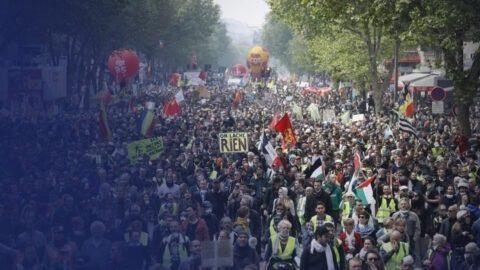1er-Mai : un policier jette un pavé sur des manifestants
