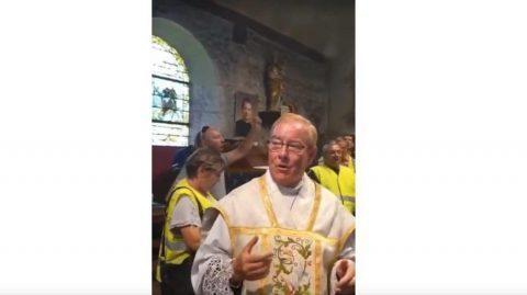 Un prêtre Gilet jaune insulte Macron dans un chant : le préfet saisit la justice