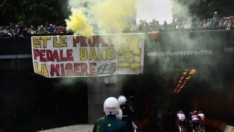 «Et le peuple pédale dans la misère»: banderole de Gilets jaunes sur le parcours du Tour de France