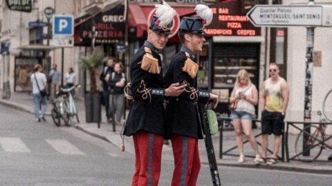 Ces 2 militaires à trottinette en tenue de cérémonie sont devenus célèbres