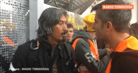"""Extinction Rebellion : un mouvement """"non-violent"""" ? Un journaliste indépendant frappé lors de l'action d'Italie 2"""