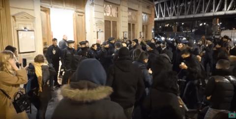 Un journaliste arrêté pour avoir dévoilé la présence d'Emmanuel Macron au théâtre