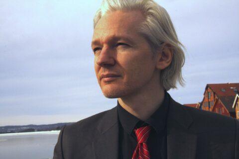 Soutien à Julian Assange : les organisations journalistiques en première ligne, les médias grand public se taisent !