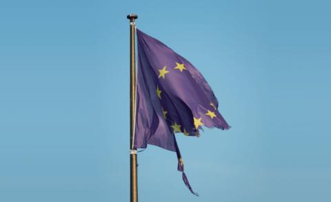 Drapeau européen déchiré