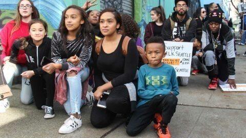 Racisme : Castaner se dit prêt à mettre un genou à terre