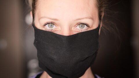 Des médecins réclament « le port du masque obligatoire » dans les lieux publics clos