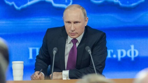 """Vladimir Poutine présente le premier vaccin contre le Covid-19, """"Spoutnik V"""", testé sur sa fille"""