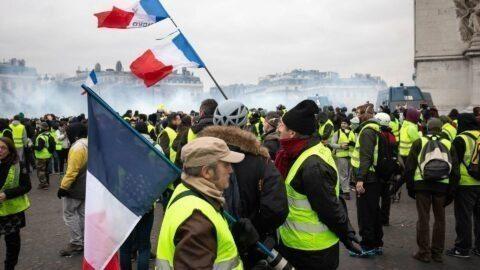 Les Gilets Jaunes défilent le 5 septembre devant les médias pour demander la destitution d'Emmanuel Macron